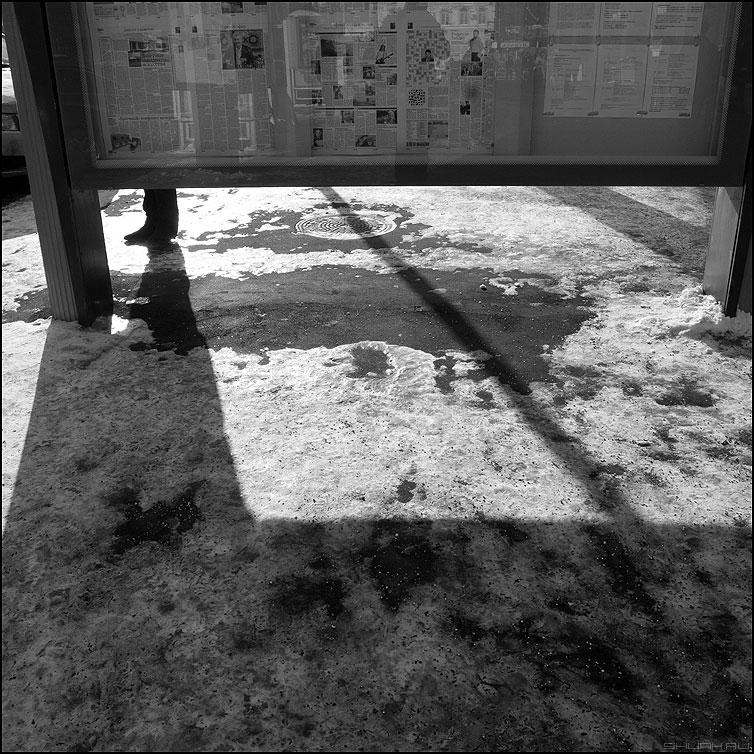 Левая - нога газеты уличное монохромное квадратное фото фотосайт
