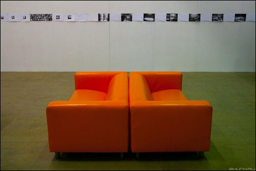 ][ - диван оранжевый выставка фотография элемент фото фотосайт