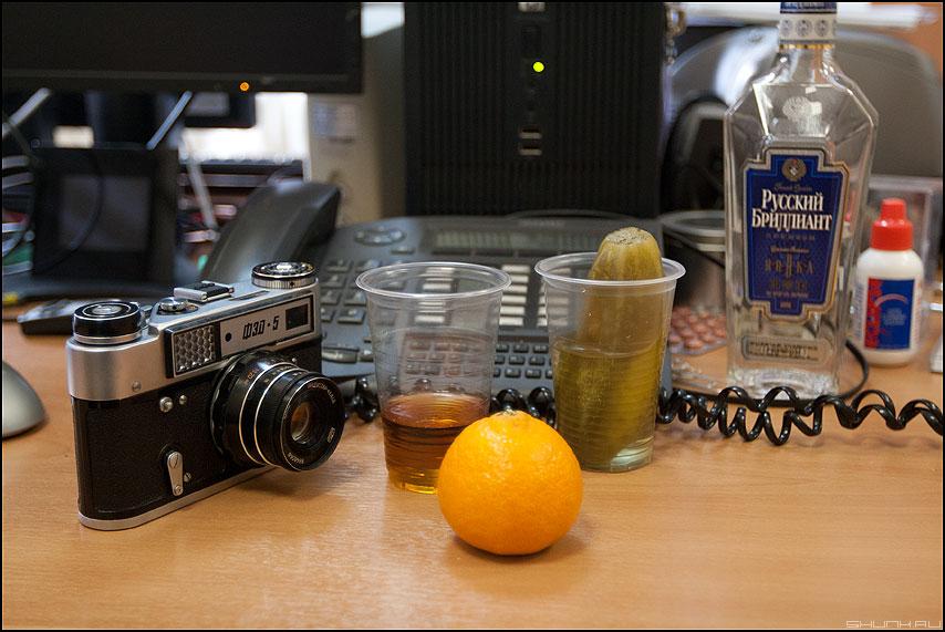 23-й день февраля - февраль 23 дзо праздник натюрморт водочка фэд мандаринка стаканы фото фотосайт
