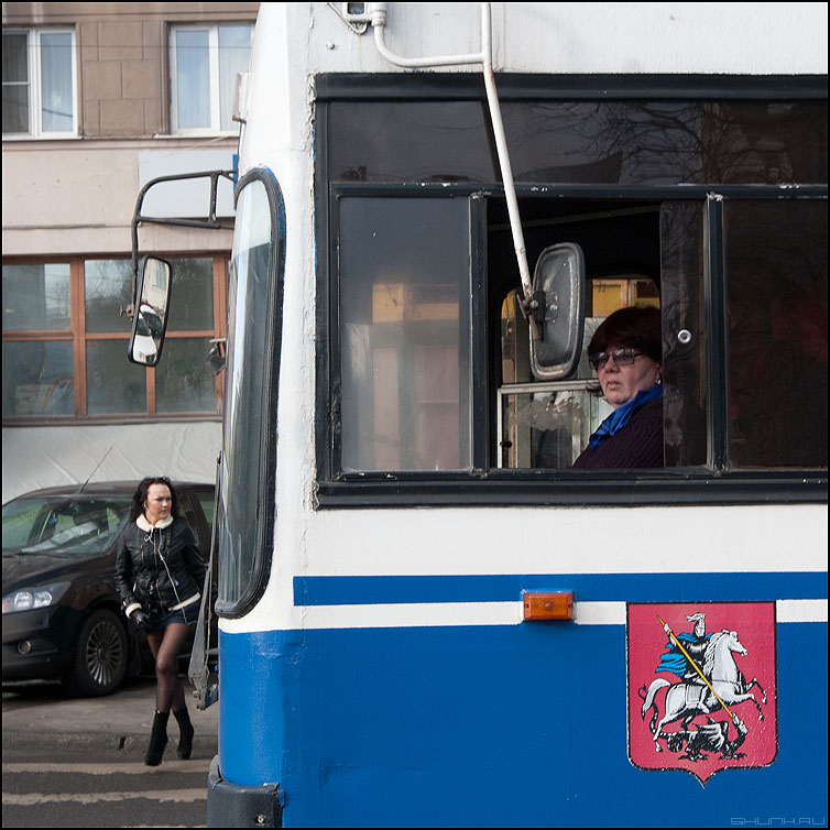 Зеркала - троллейбус водительша переход девушка профессия фото фотосайт