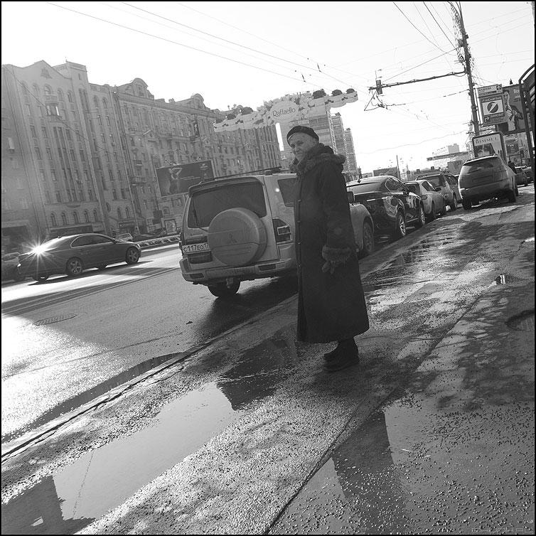 Блеск и роскошь - уличное бабушка весна март остановка монохромное квадратное фото фотосайт
