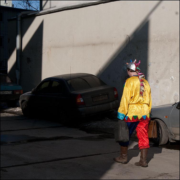 Будни скомороха - скоморох будни костюм люди уличное квадратное фото фотосайт