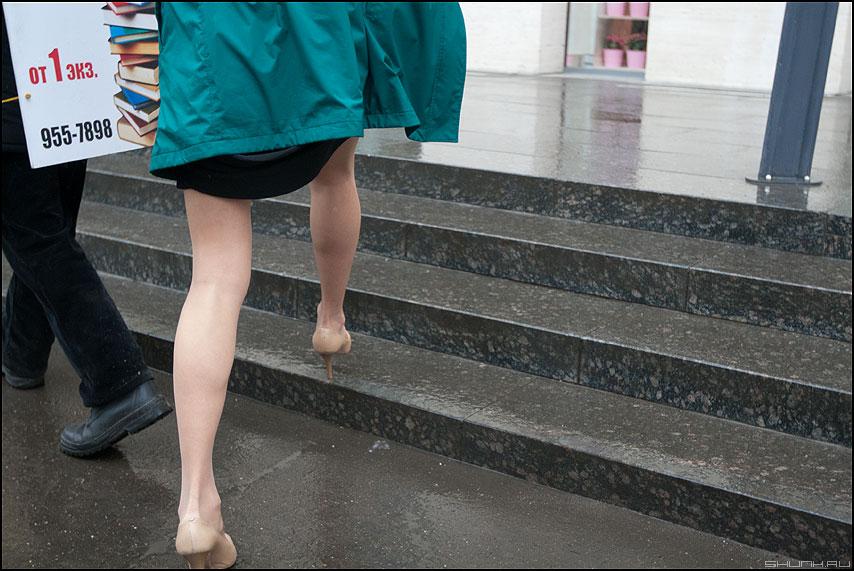 1 экз. - ноги ступени уличное люди реклама фото фотосайт