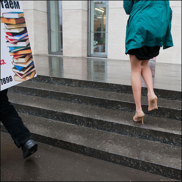 Начитанная - девушка ноги ступени уличное квадратное фото фотосайт
