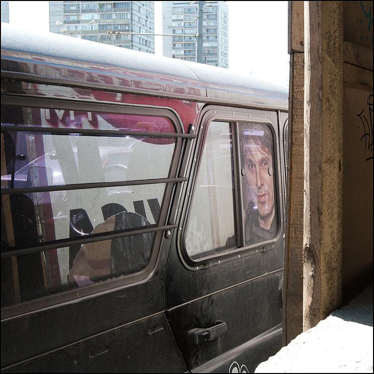 Рекламное зазеркалье - отражение мужик квадратное реклама абстракт фото фотосайт