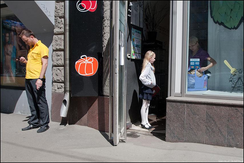 Суперпозиция - трое дверь магазин уличное фото фотосайт