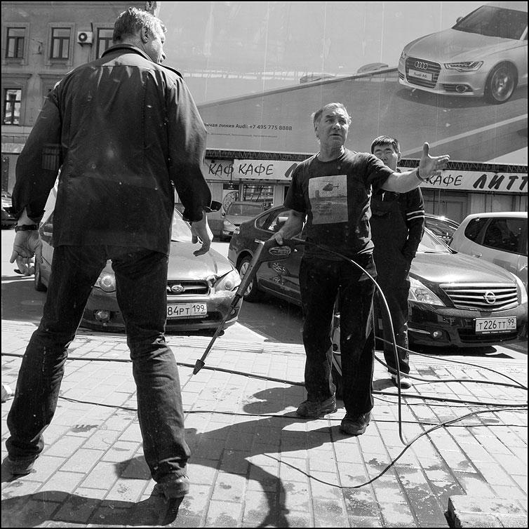 Разговор - квадратное мужики мойщик керхер уличное витрина монохром фото фотосайт