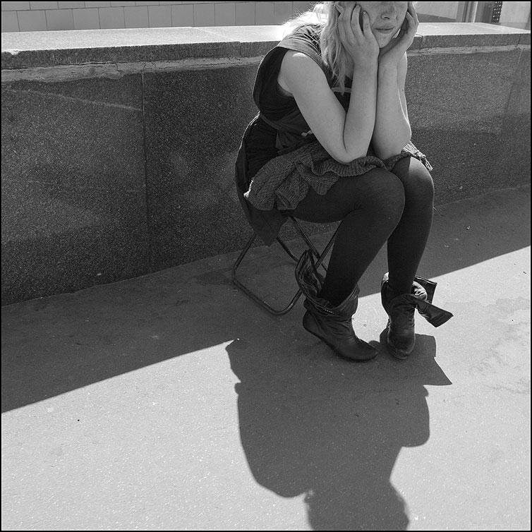Межсезонье - сапоги квадратное монохромное тень уличное продавщица фото фотосайт