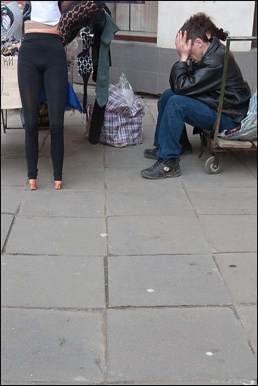 Кукла с человеческим лицом - манекен кукла мужик уличное монохром фото фотосайт