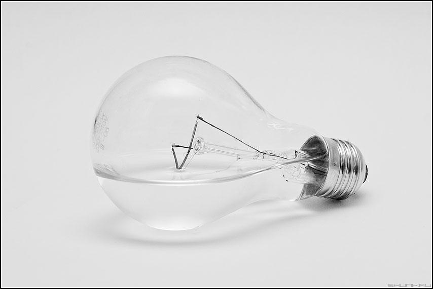 Очевидное и невероятное - лампочка вода элемент предмет монохром фото фотосайт