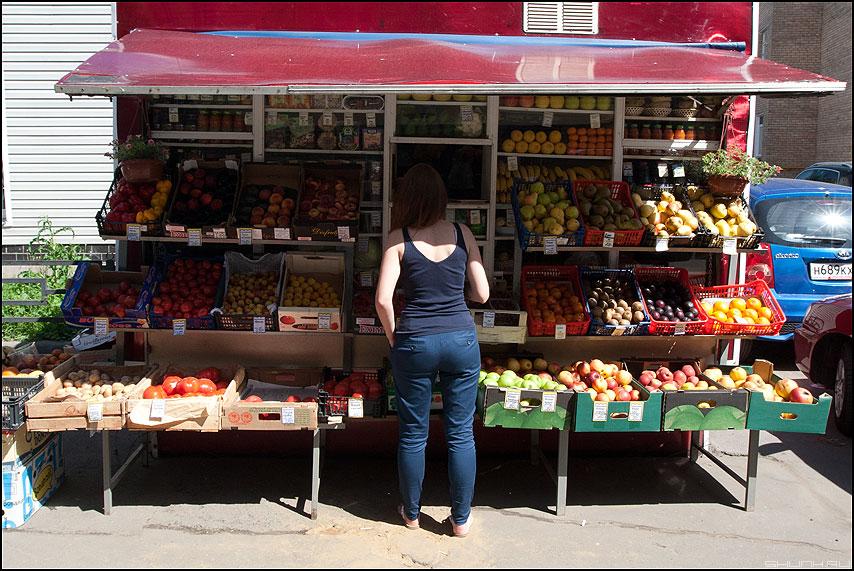 Фруктики - девушка фрукты киоск палатка уличное фото фотосайт