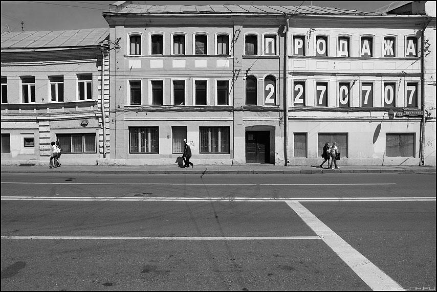 Три пары - монохромное уличное здание москва парочки фото фотосайт