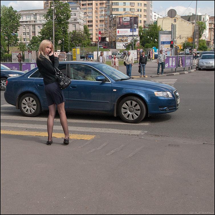 ...посмотреть не оглянулся ли я - девушка оглянулась квадратное уличное фото фотосайт