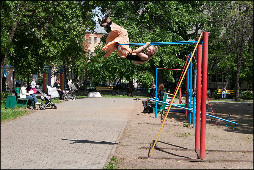 То взлет то посадка - качели девушка уличное лето фото фотосайт