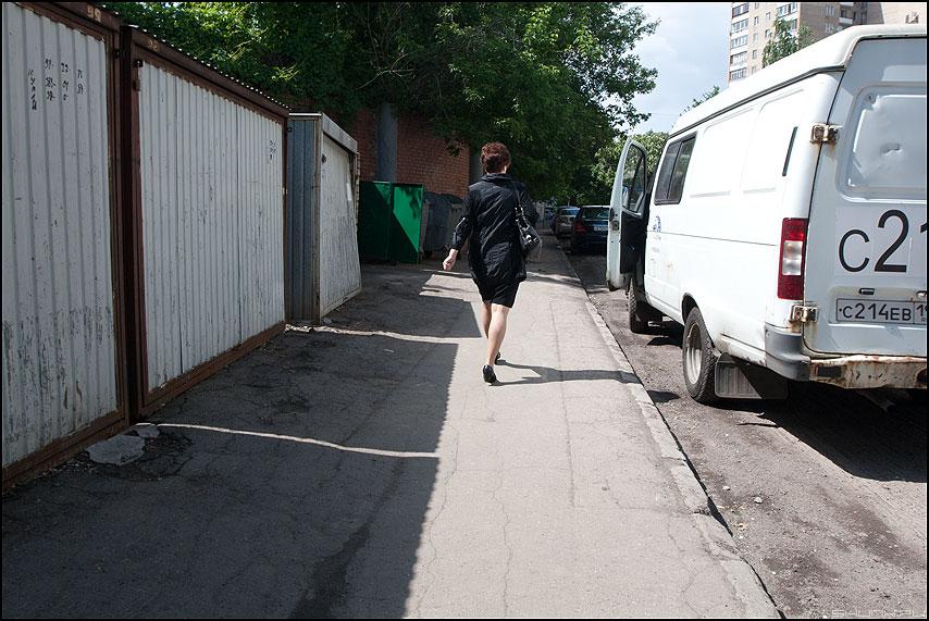 На границе света и тени - женщина спина уличное газель фото фотосайт