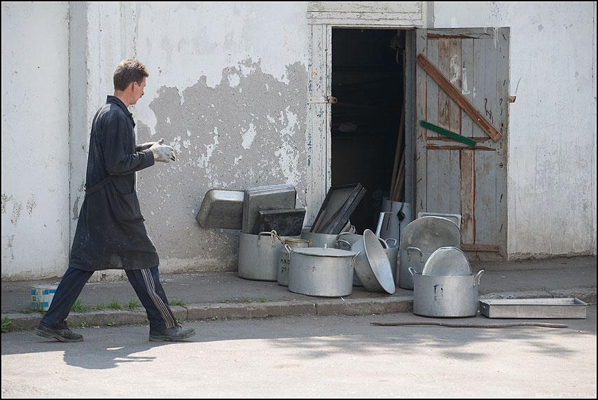 Федорино горе - миски кастрюли посуда мужик уличное фото фотосайт