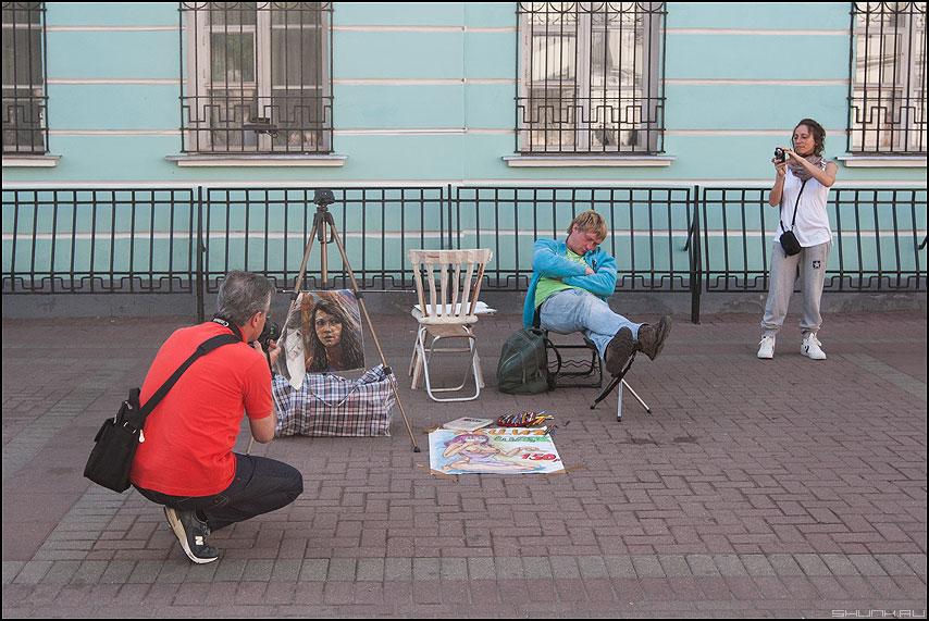 Солдат спит служба идет - арбат фотолюди туристы художник фото фотосайт