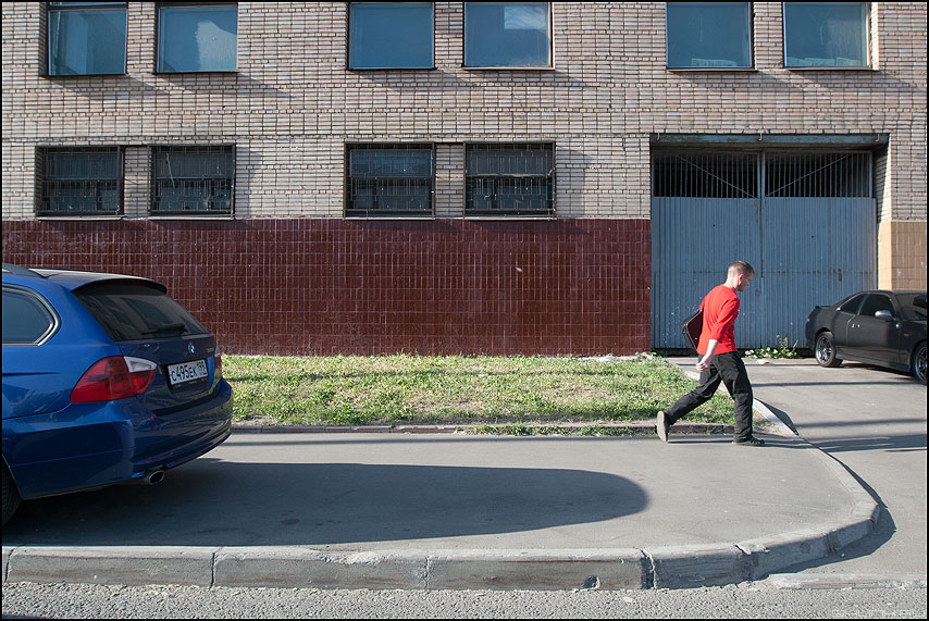 ШАГ - шаг уличное чел красная майка машины стена окна фото фотосайт