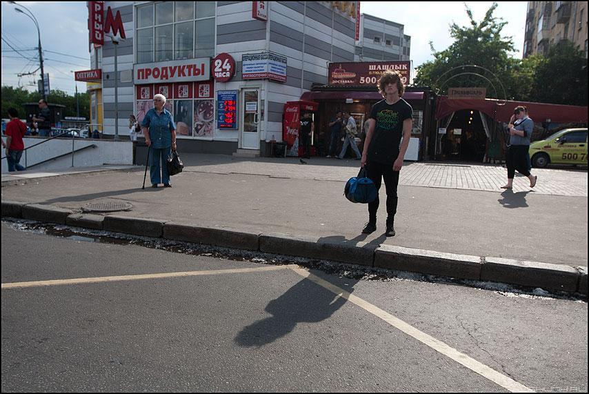Ветреный малый - уличное сумка тень парень тротуар фото фотосайт