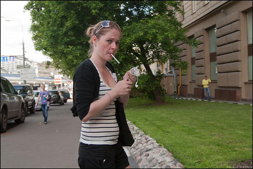 Давай закурим.... товарищ... - девушка сигарета уличное взгляд курить люди фото фотосайт