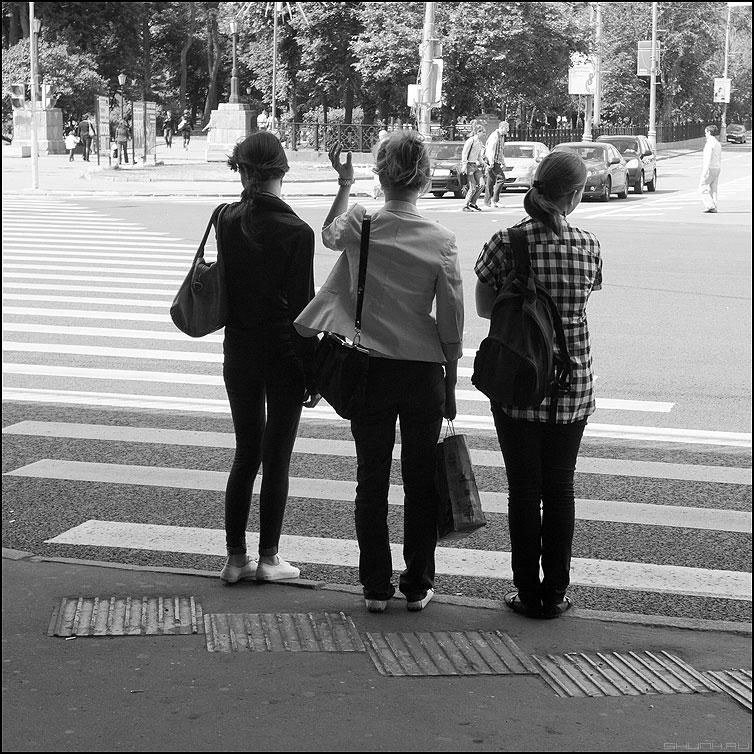 Три девицы под мостом - три квадратное уличное люди девушки монохром фото фотосайт