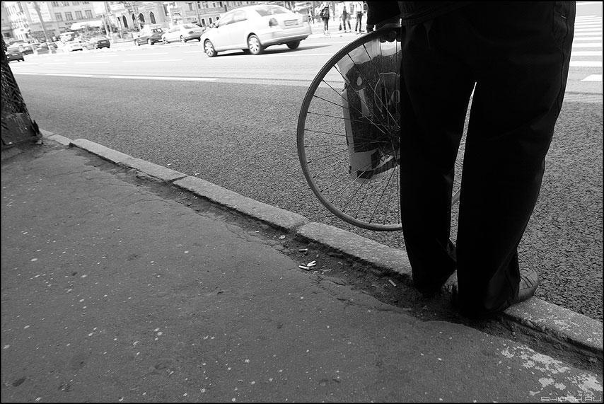 Момент изобретения колеса - колесо уличное монохром ноги бордюр паребрик фото фотосайт