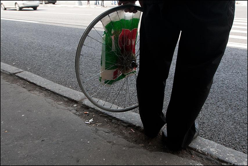 Момент изобретения колеса (вариант) - колесо уличное цвет ноги бордюр паребрик фото фотосайт