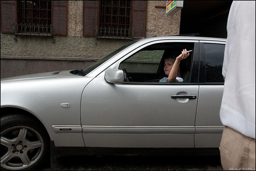 Стряхивая пепел - девушка авто мерседес курить фото фотосайт