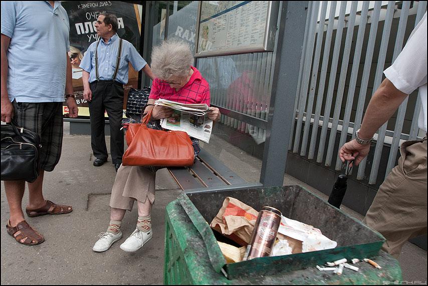 Новости, от которых волосы встают дыбом - уличное бабушка люди остановка новости газета фото фотосайт