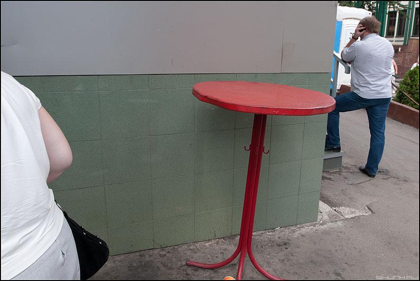 История красного стола - стол красный элемент уличное фото фотосайт