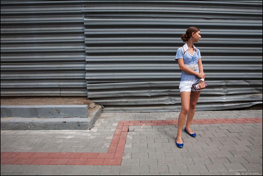 В уголочке - уголок девушка стена маяковка линии фото фотосайт