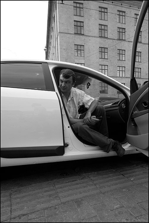 Таксэ таксэ - таксист монохромное уличное дверь авто распахнуть фото фотосайт