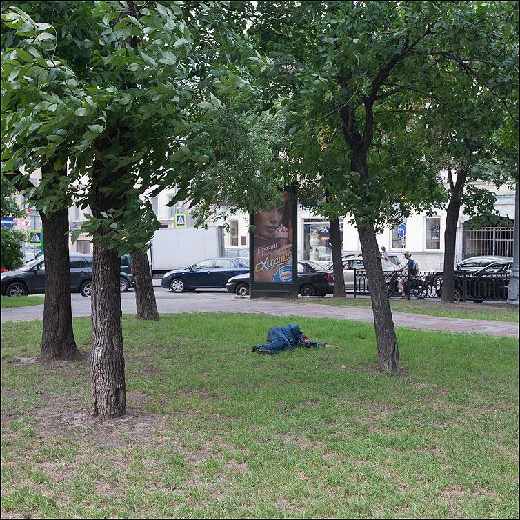Не до экстрима - мужик квадратное спать реклама уличное фото фотосайт