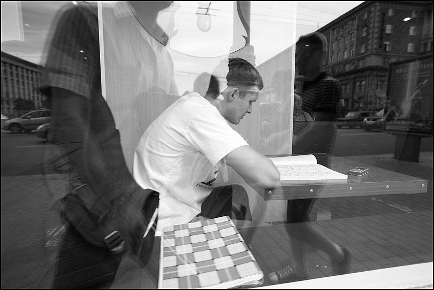 Читая меню - витрина мужик ростикс читать уличное отражение монохром фото фотосайт