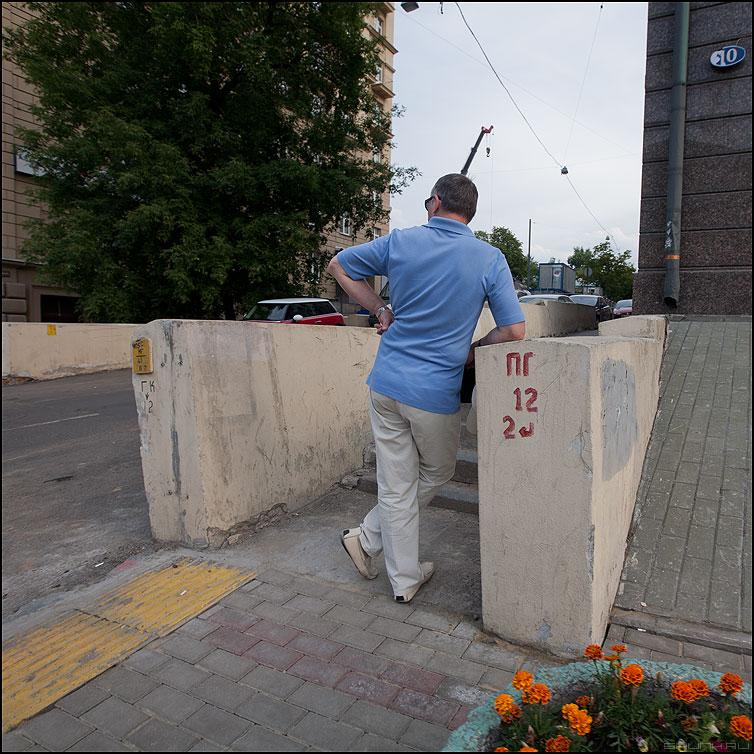 Думать - мужик рубашка квадратное люди уличное фото фотосайт