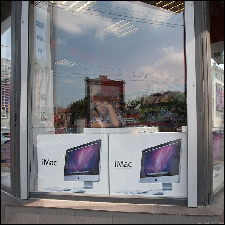 iMAC - мак продавщица витрина компьютеры магазин грусть фото фотосайт