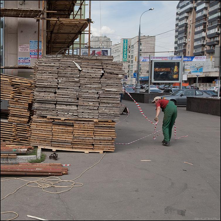 Укротитель - деревяшки леса рабочий стойка фасад рабочий профессия фото фотосайт