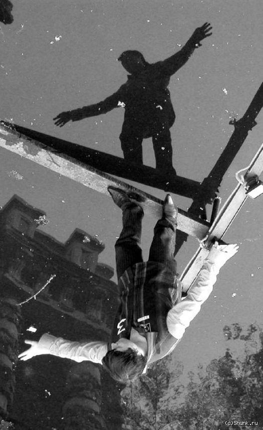 Над водой - человек на доске над водой фото фотосайт