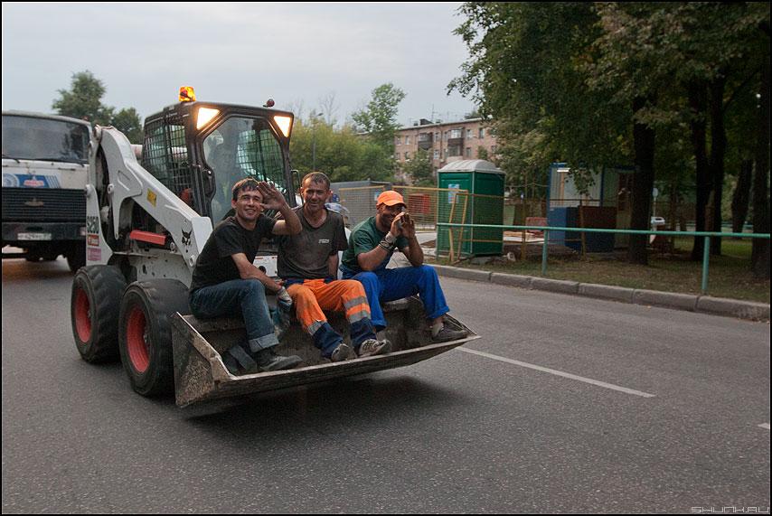 Реформа маршрутного такси в действии - рабочие приезжие гастро гастарбайтер ковш дорога уличное фото фотосайт