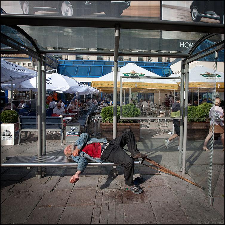 Послеобеденный перерыв - квадратное бомж остановка сон костыль фото фотосайт
