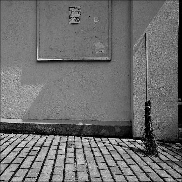 Метла и тени - метла тени брусщатка угол элементы фото фотосайт