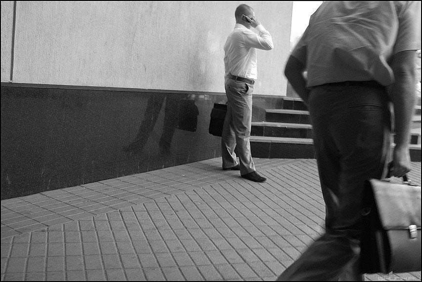 Бизнесстайл - портфель разговор монохромное уличное фото фотосайт