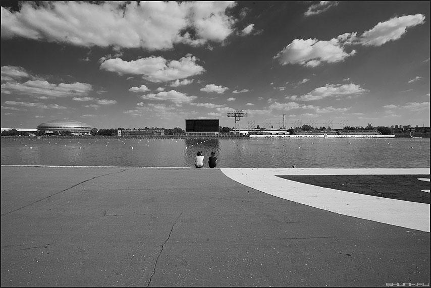 На гребном канале - дети канал гребной чёрнобелые крыло небо облачка фото фотосайт