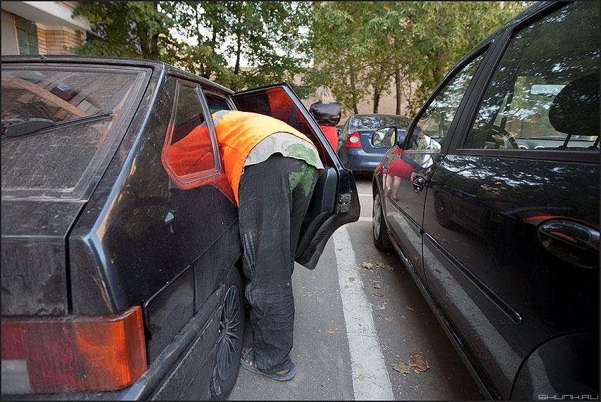 Осторожно, окрашено! - таджик рабочий гастрабайтер машина жигуль роба уличное фото фотосайт
