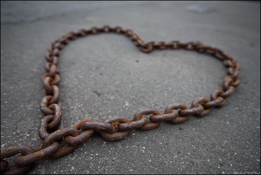 Оковы любви - цепь сердце асфальт уличное элемент цепочка любовь фото фотосайт