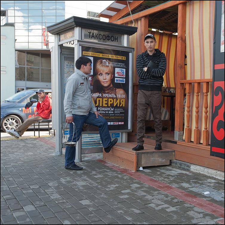 Человек в красном - уличное человек мужик валенрия реклама квадратное фото фотосайт