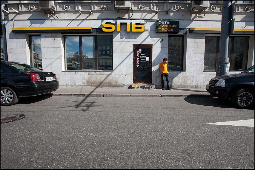 Утром выходя из бара - утро уличное парень курить бар тень фото фотосайт