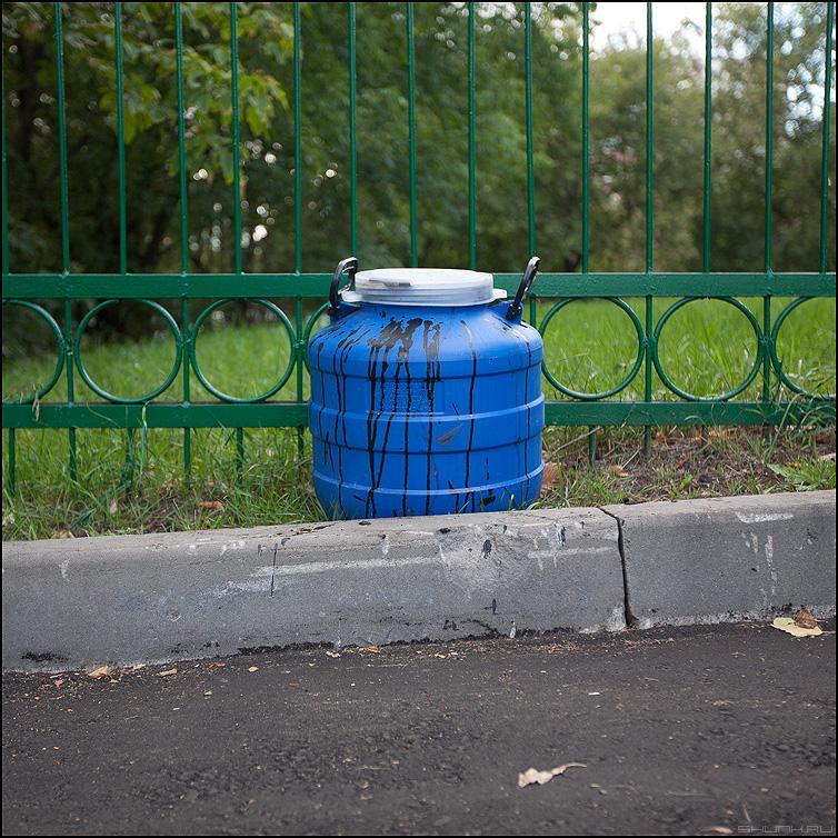 Бочка дегтя - бочка уличное элеметны синяя палитра забор фото фотосайт