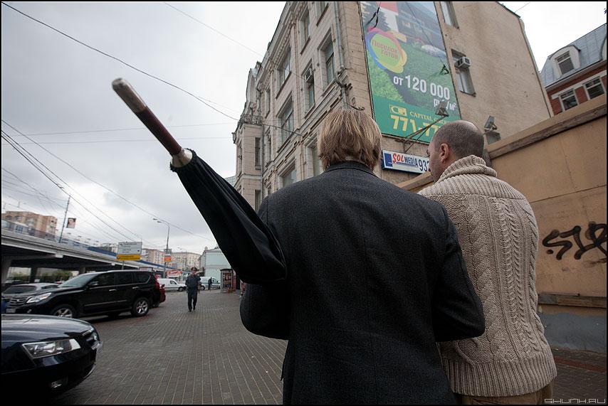На острие атаки - острие зонт ожидание уличное люди фото фотосайт