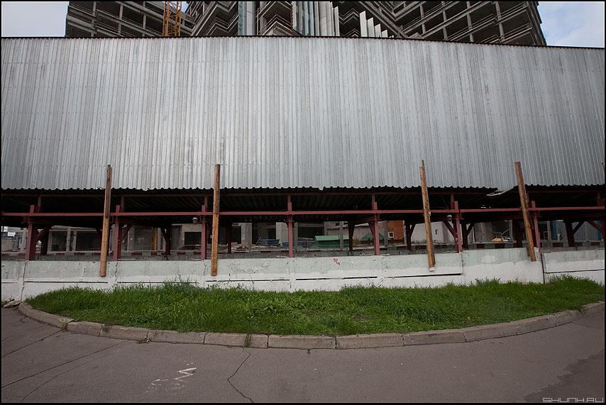 Последний газон - газон техно железо уличное стройка город москва фото фотосайт